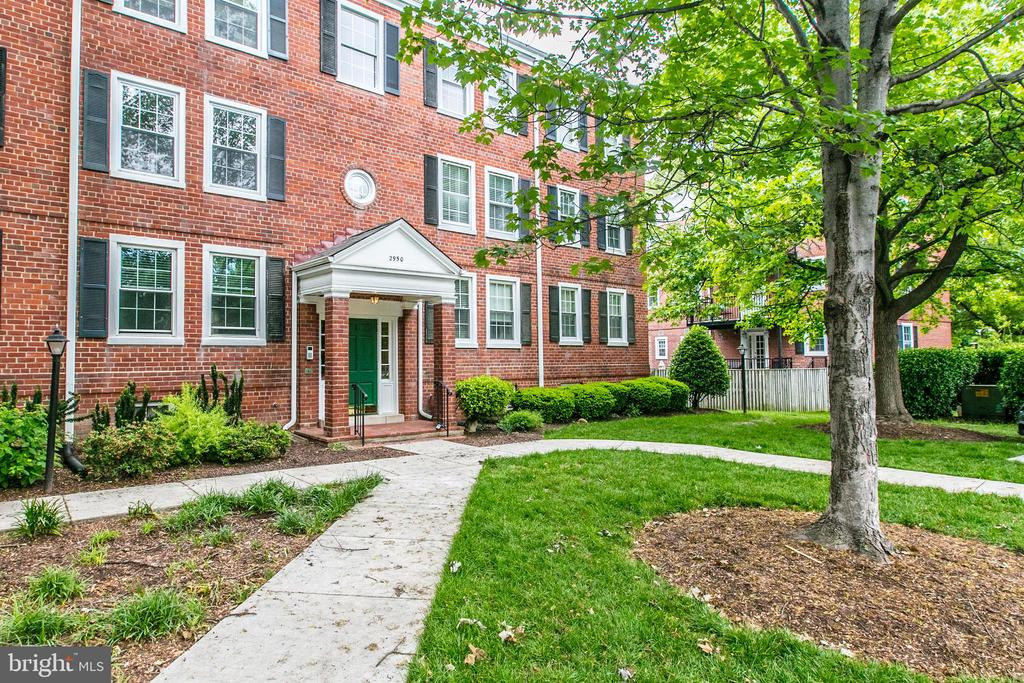 Located in Stunning Court Steps From Parking - 2950 S COLUMBUS ST #B1, ARLINGTON