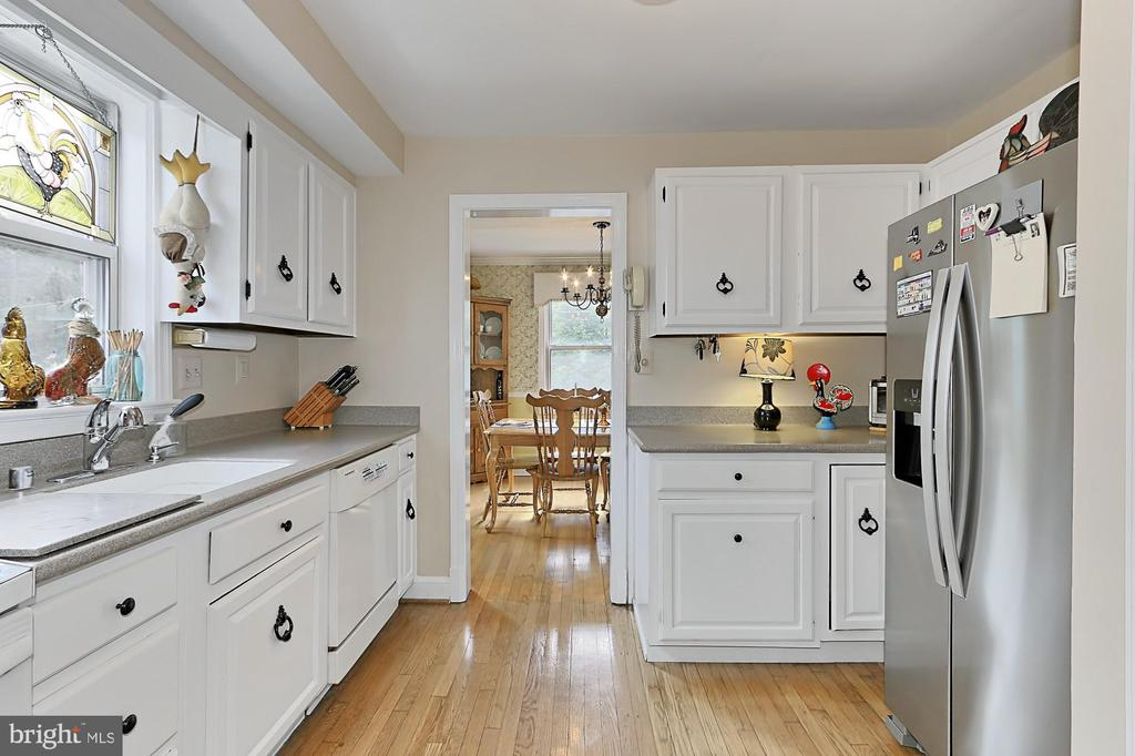 Kitchen connects with dining room and great room - 210 N EDISON ST, ARLINGTON
