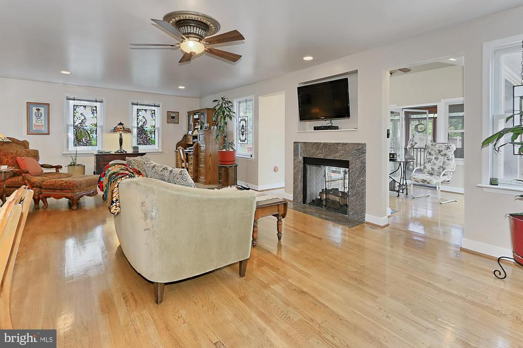Great room with 2-way gas fireplace - 210 N EDISON ST, ARLINGTON