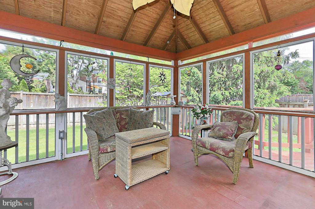 Screened porch overlooks back yard - 210 N EDISON ST, ARLINGTON