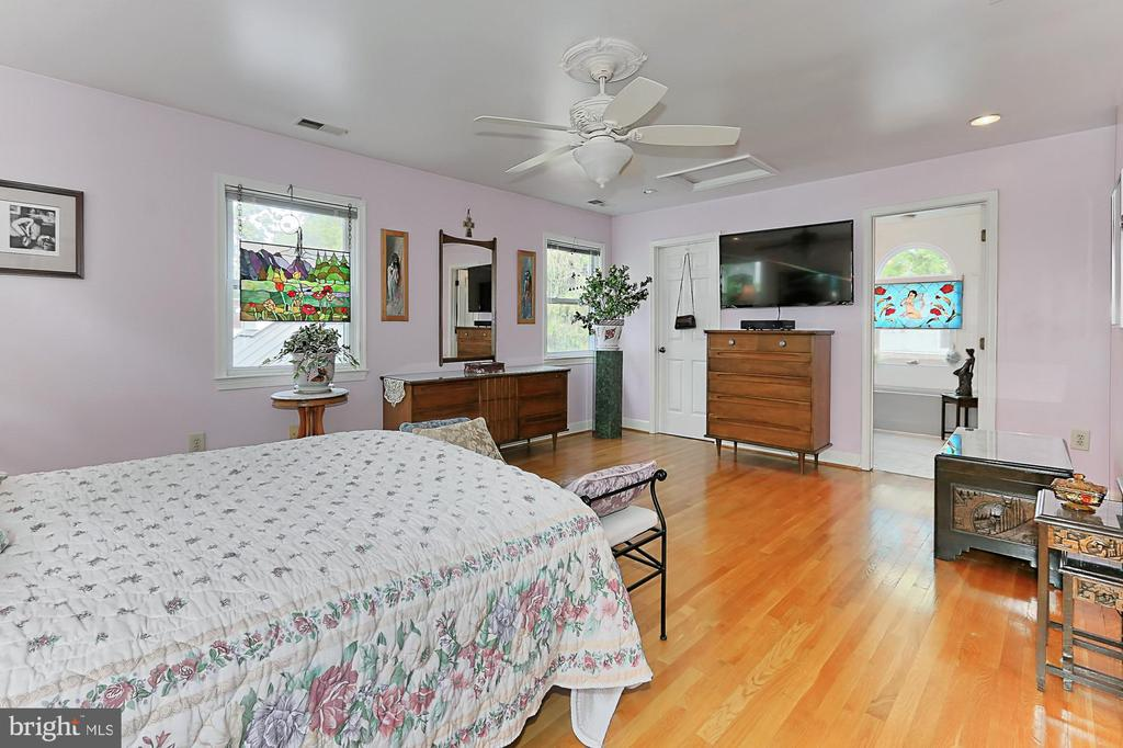 Bright and spacious master bedroom - 210 N EDISON ST, ARLINGTON