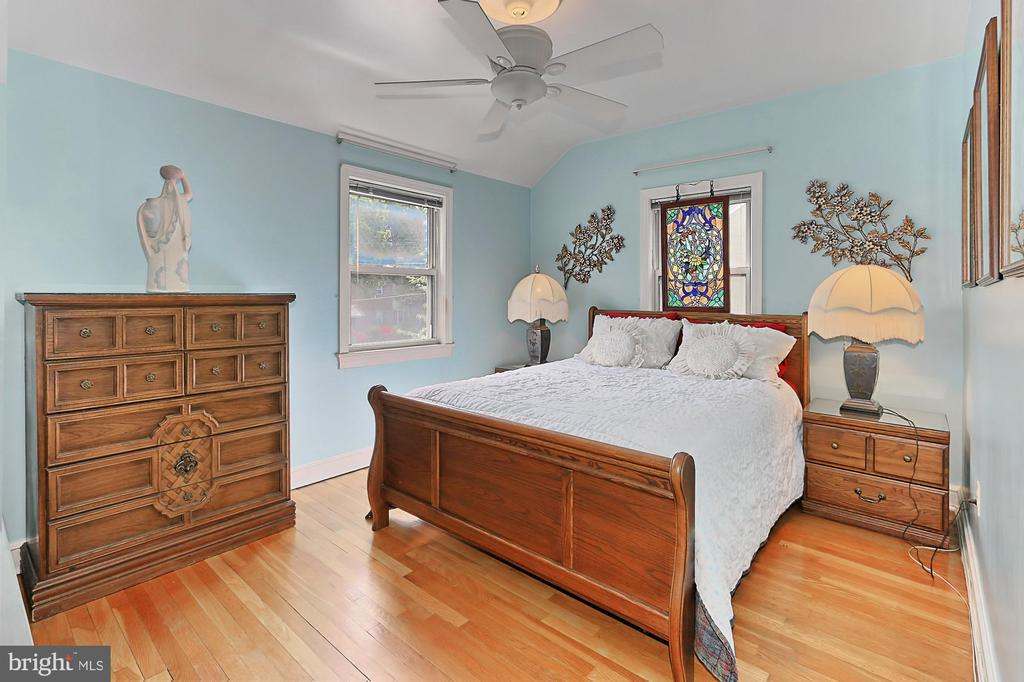 Second upstairs bedroom with lighted ceiling fan - 210 N EDISON ST, ARLINGTON