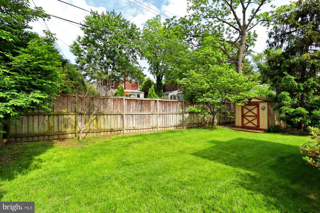 Level rear yard - 210 N EDISON ST, ARLINGTON