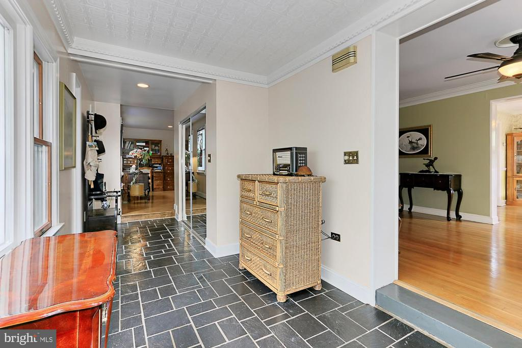 Spacious foyer with large coat closet - 210 N EDISON ST, ARLINGTON