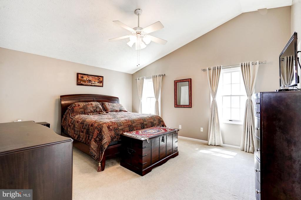 Large Master Bedroom - 2330 CLUB POND LN, RESTON