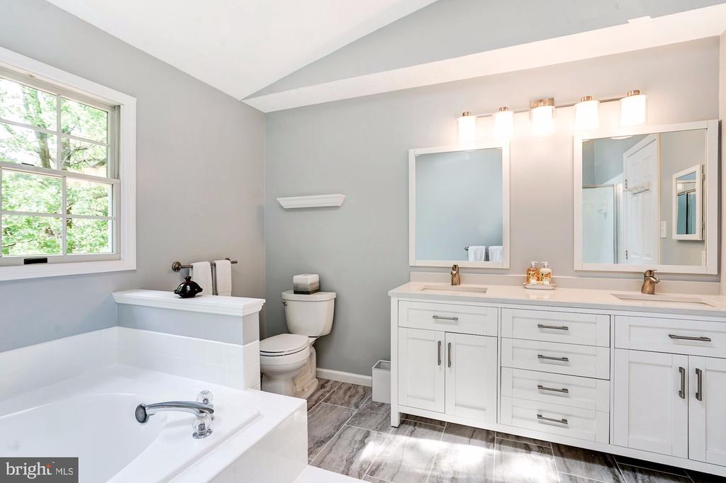Beautiful  Master Bath w/ Soaking Tub - 2330 CLUB POND LN, RESTON