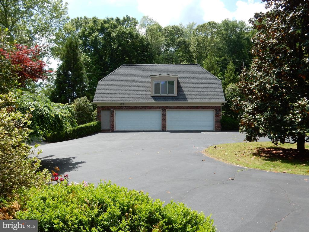 4 car garage w/ carriage apartment above - 9179 OLD DOMINION, MCLEAN