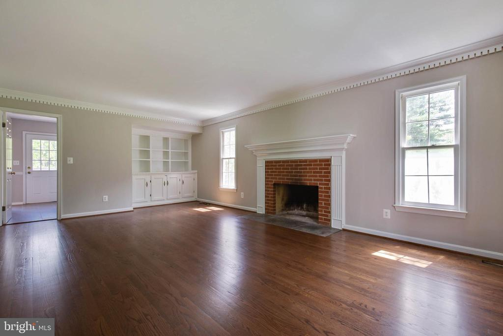 Spacious family room with fireplace - 23210 DOVER RD, MIDDLEBURG