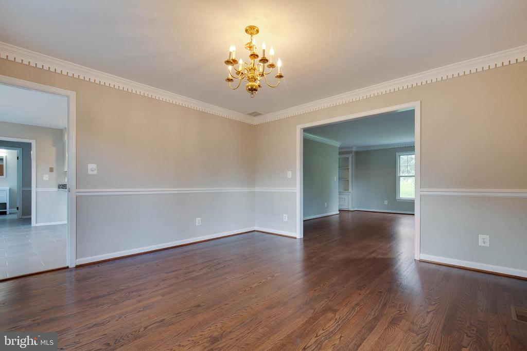 Formal dining room with chair rail and crown - 23210 DOVER RD, MIDDLEBURG