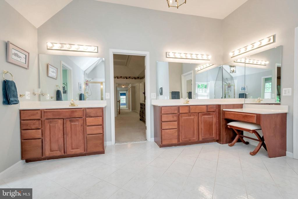 Master Bath has separate sinks - 11325 FAWN LAKE PKWY, SPOTSYLVANIA