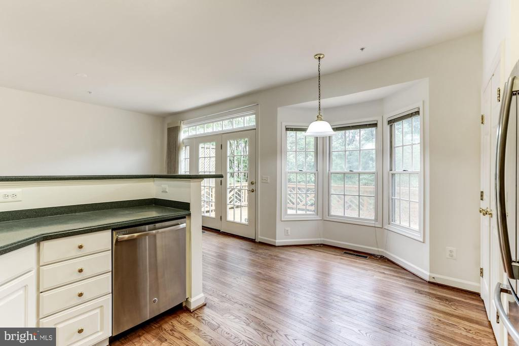 Eat-in in kitchen bay window area - 8033 KIDWELL HILL CT, VIENNA