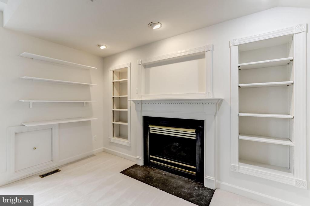 4rth Level Loft has Built-ins and Fireplace - 8033 KIDWELL HILL CT, VIENNA
