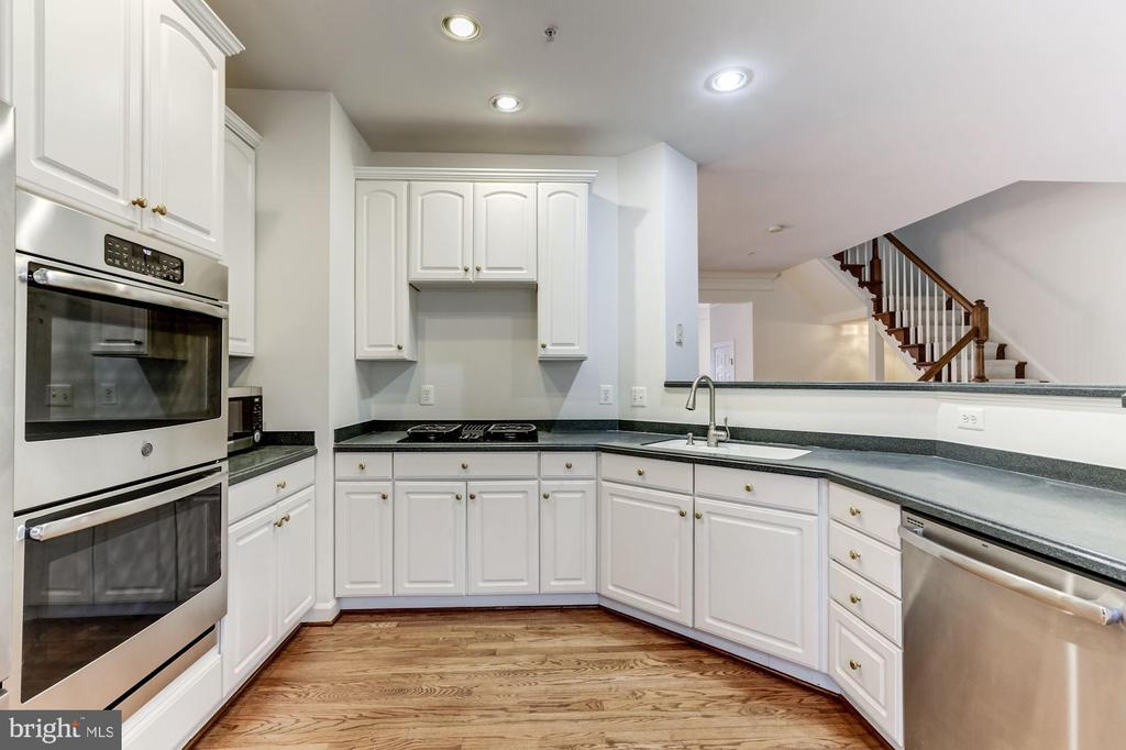 Spacious kitchen w/brand new GE SS double oven - 8033 KIDWELL HILL CT, VIENNA
