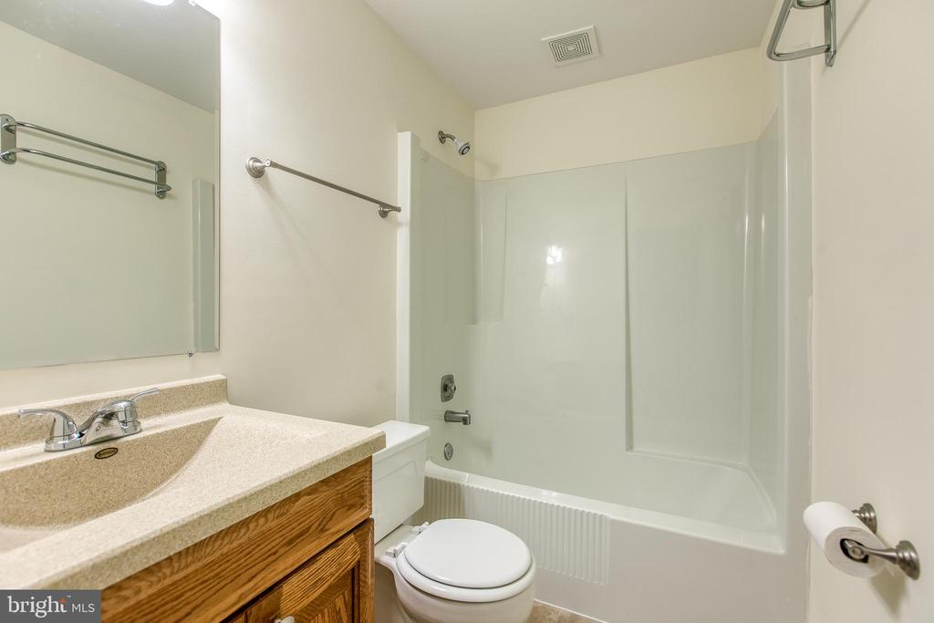 1st Floor Full Bath - 2134 AQUIA DR, STAFFORD