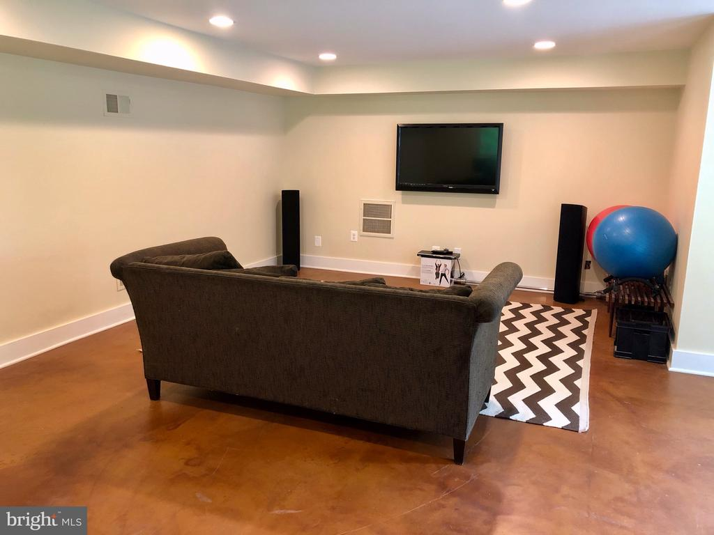 Lower Level Rec Room with Access to Backyard - 6203 FOXCROFT RD, ALEXANDRIA