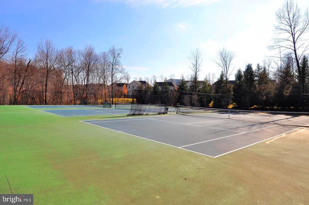 tennis court of Hamlet club - 1240 TITANIA LN, MCLEAN