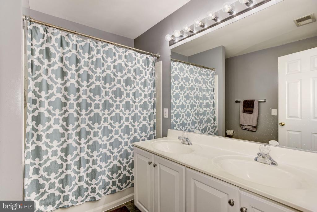 Double Vanity Hall Bath - 43266 MEADOWOOD CT, LEESBURG