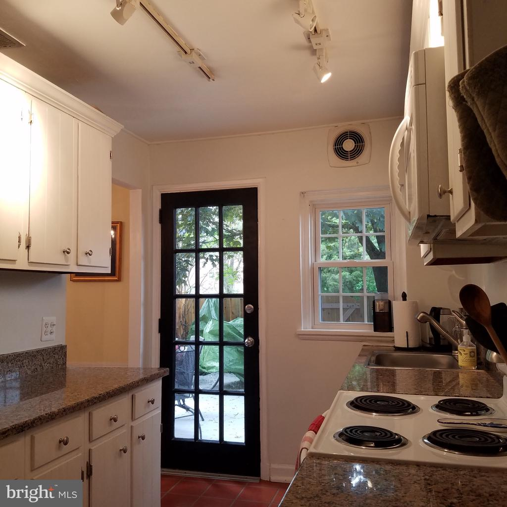 Raised ceiling and newer back door to deck - 4668 36TH ST S #B, ARLINGTON