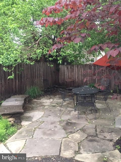 Stone bench on patio. - 1503 S OAKLAND ST, ARLINGTON