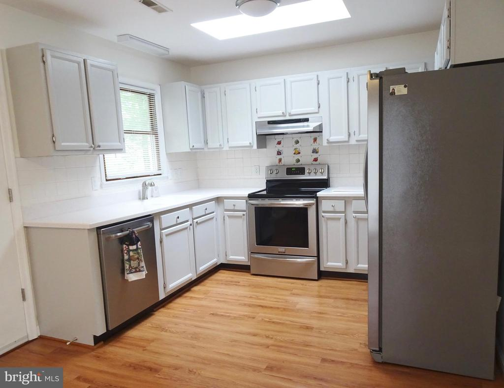 Kitchen w/skylight and stainless Steel Appliances - 6013 WINDSOR DR, FREDERICKSBURG