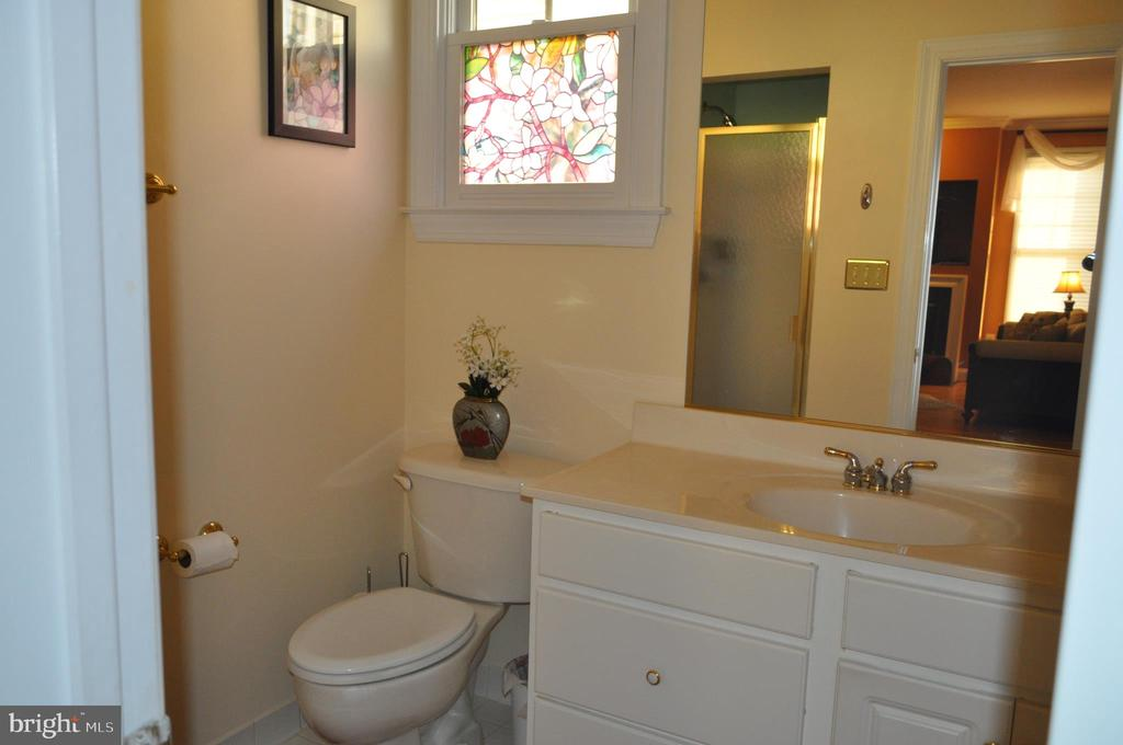 Full bathroom on main level. - 1503 S OAKLAND ST, ARLINGTON