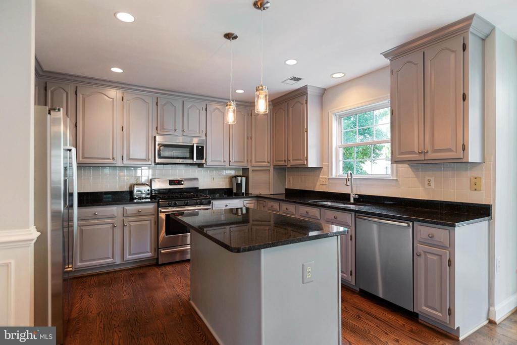 Granite, Bosch appliances, recessed lighting - 21384 CLAPPERTOWN DR, ASHBURN