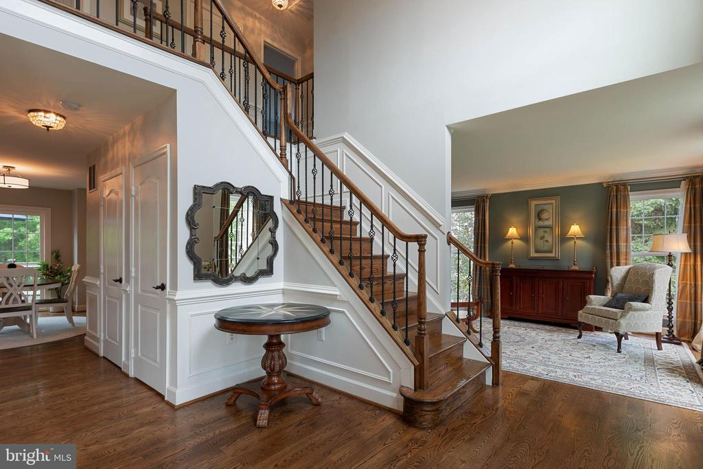 Grand 2-story Foyer with custom staircase - 21384 CLAPPERTOWN DR, ASHBURN