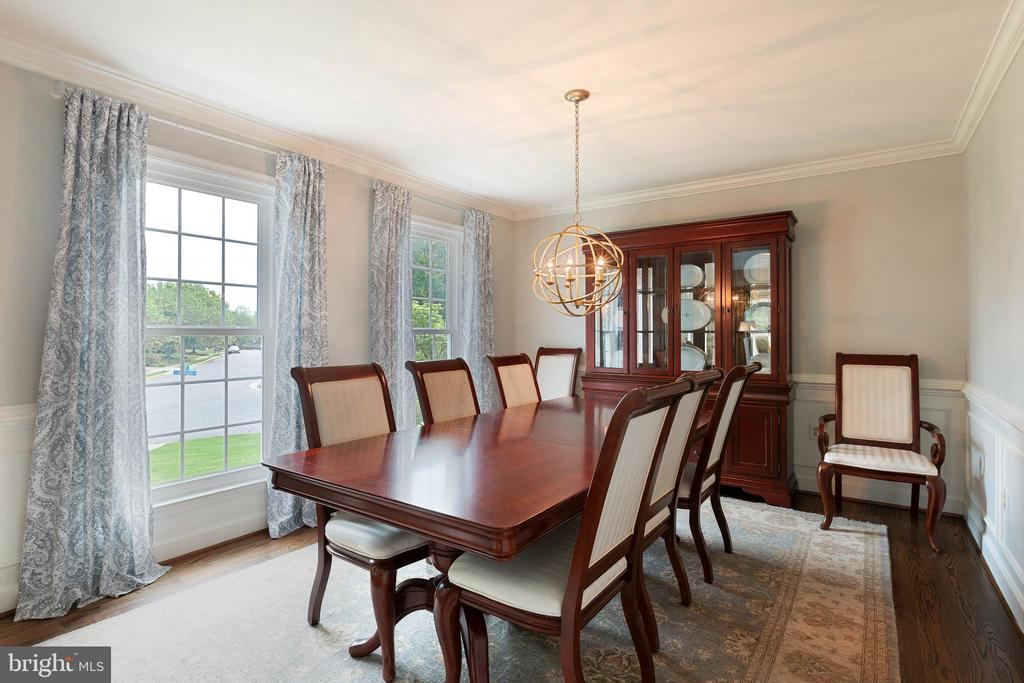 Dining Room w expanded entry and custom modlings - 21384 CLAPPERTOWN DR, ASHBURN