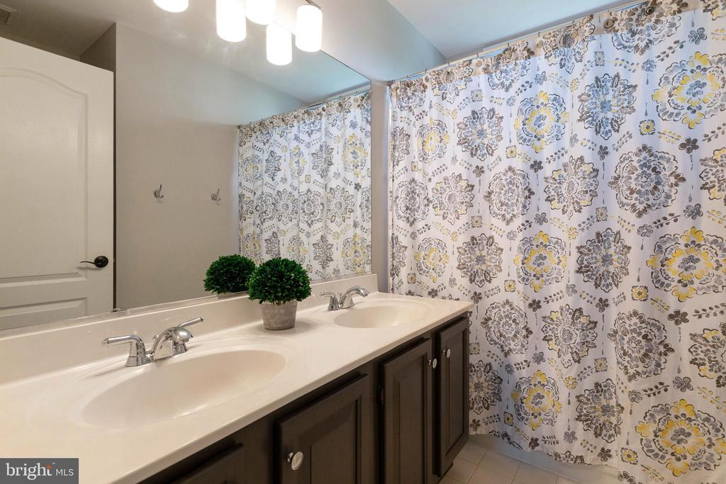 Updated Hall Bath - 21384 CLAPPERTOWN DR, ASHBURN