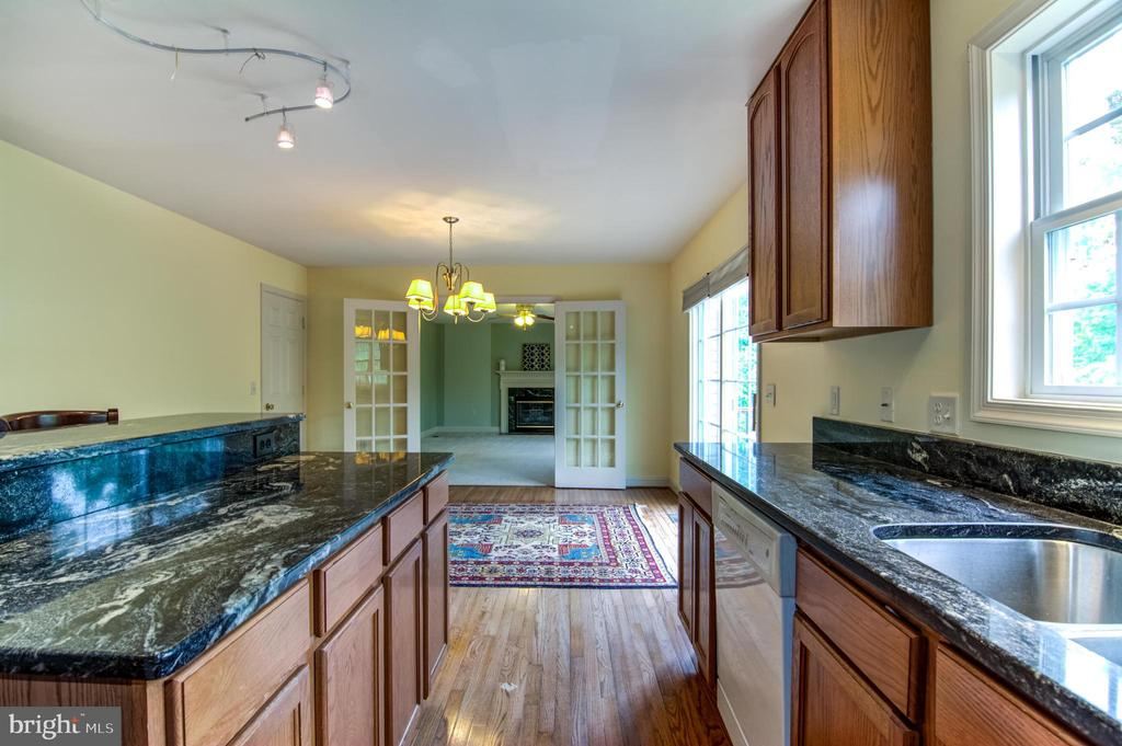 kitchen with lovely exotic granite - 125 WALNUT FARMS PKWY, FREDERICKSBURG