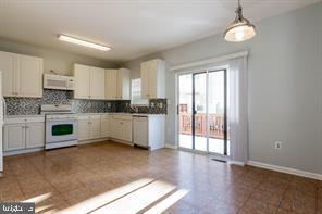 Spacious eat-in-kitchen leads to deck - 6338 DAKINE CIR, SPRINGFIELD