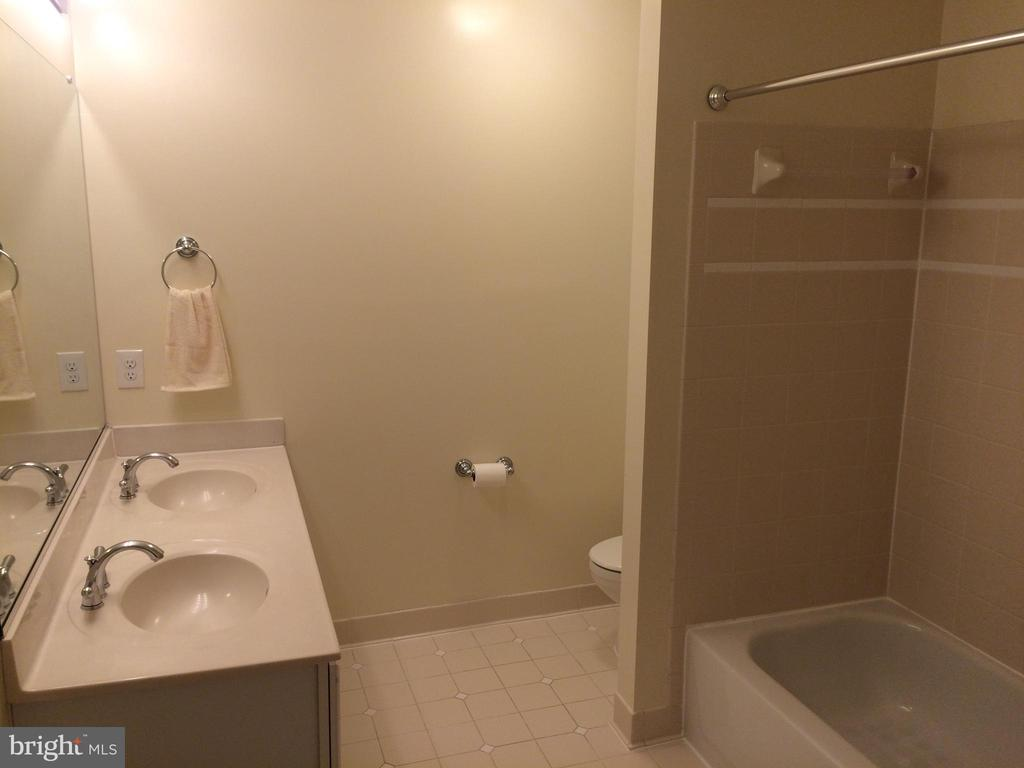 Second full bath accessible from two bedrooms - 12302 HUNGERFORD MANOR CT, MONROVIA