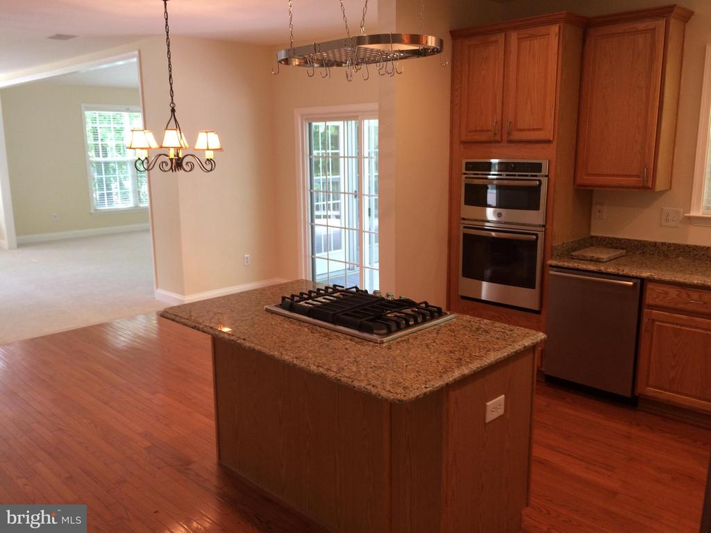 Table space kitchen with breakfast bar - 12302 HUNGERFORD MANOR CT, MONROVIA