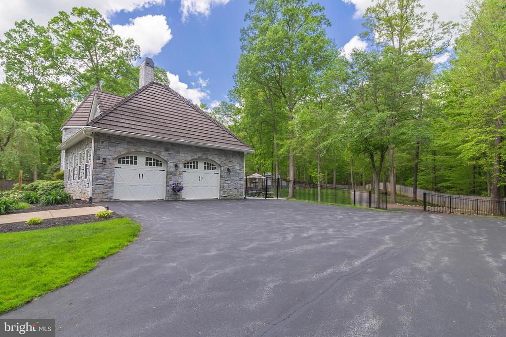 ATTACHED 2 CAR GARAGE AND ADDITIONAL PARKING - 13450 REED RD, THURMONT