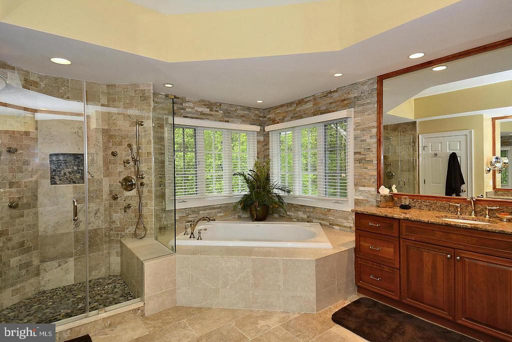 Master BA w/2 Sep Vanities, Sep Tub/Shower, PrivWC - 1105 LEIGH MILL RD, GREAT FALLS