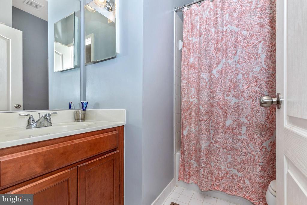 Upper Hall bath - 10224 NUTHATCH DR, NEW MARKET