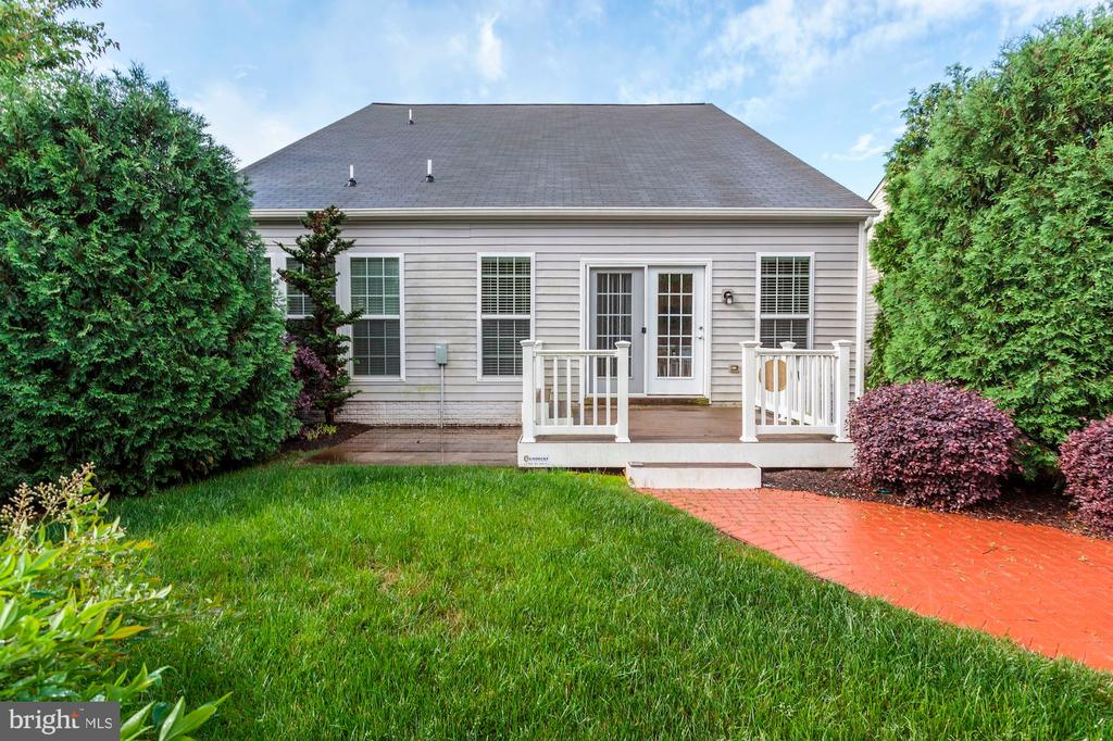 Gorgeous backyard maintained by the HOA! - 275 LONG POINT DR, FREDERICKSBURG