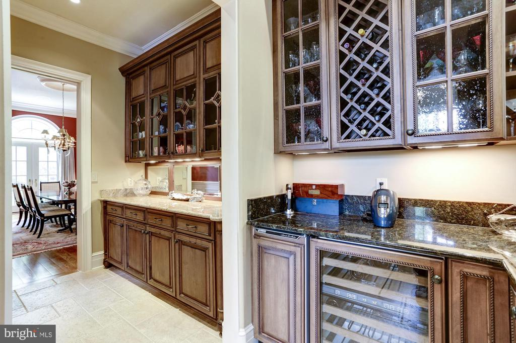 Butler's Pantry/ Wet Bar - 8317 WOODLEA MILL RD, MCLEAN