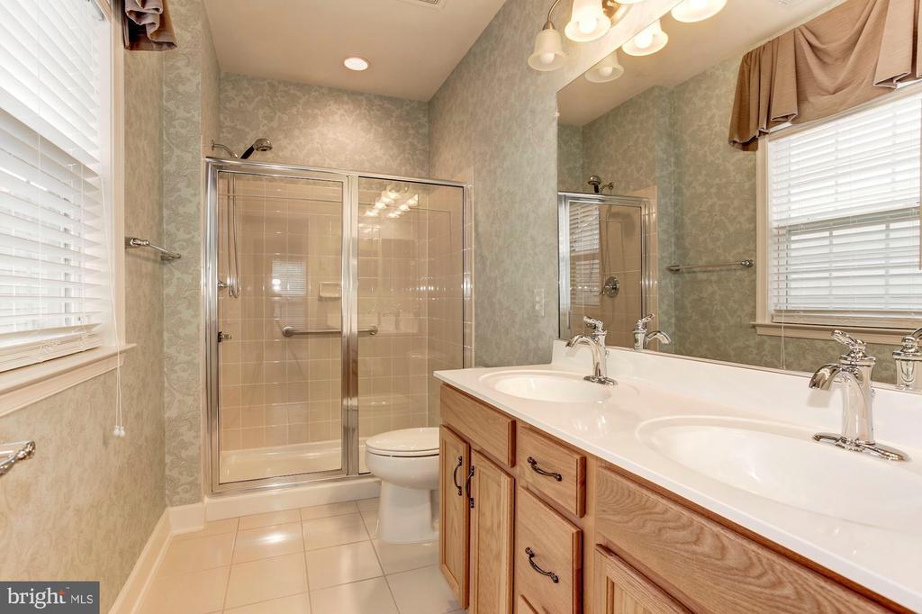 Oversized Shower in the Master! - 275 LONG POINT DR, FREDERICKSBURG