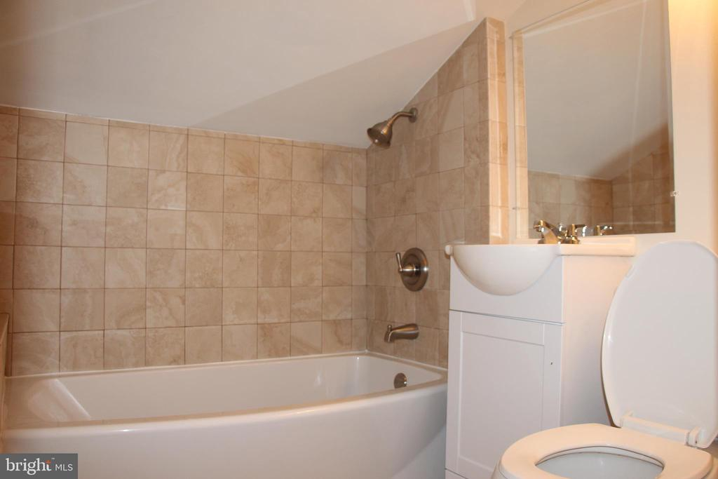 FULL BATH UPSTAIRS - 108 HOPELAND LN, STERLING
