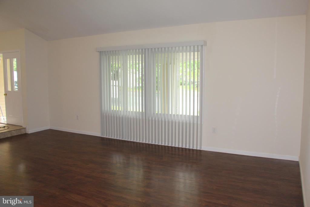 NEW PAINT AND BLINDS - 108 HOPELAND LN, STERLING
