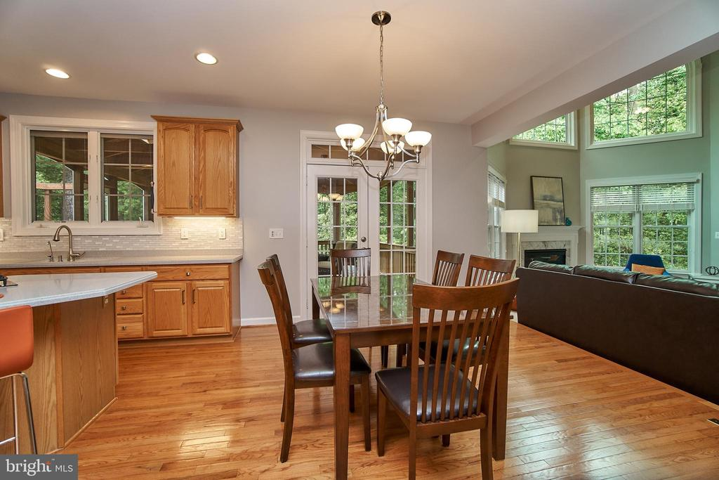 Open concept flows from kitchen to living room - 1590 MONTMORENCY DR, VIENNA