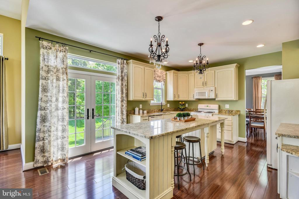 Convenient island with lots of work space! - 732 HUNTON PL NE, LEESBURG