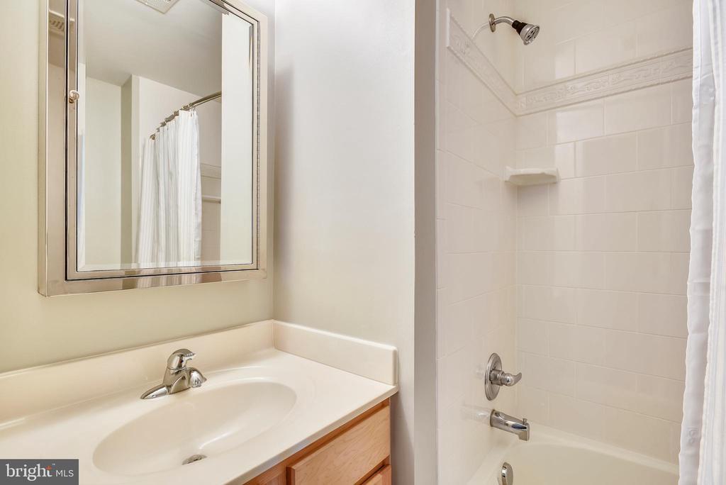 Upper hall bath w/single bowl vanity & tub w/tile - 732 HUNTON PL NE, LEESBURG