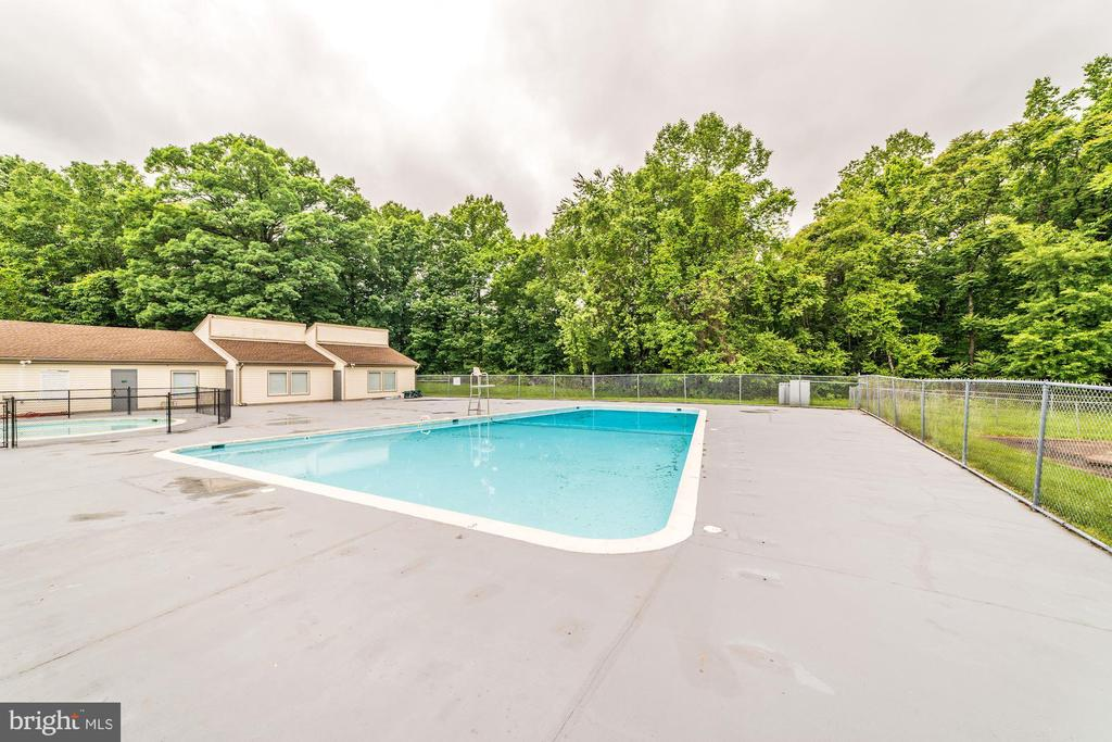 Community outdoor pool - 12705 LOTTE DR #103, WOODBRIDGE