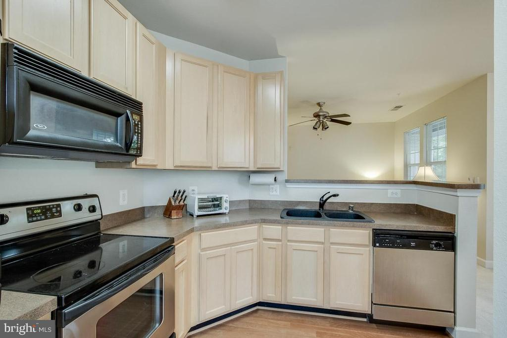 Kitchen opens up to the family room - 42421 ROCKROSE SQ #202, BRAMBLETON