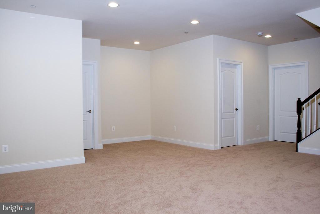 Recessed lighting in great LL bonus area - 6438 DRESDEN PL, FREDERICK