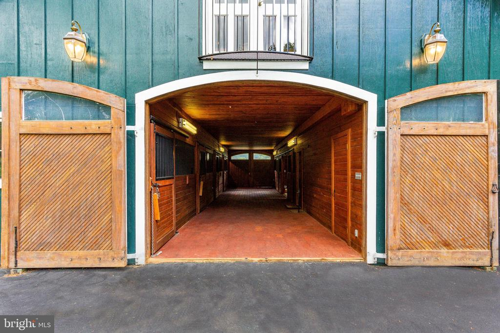 5 stall barn with multi offices on upper level - 9179 OLD DOMINION, MCLEAN