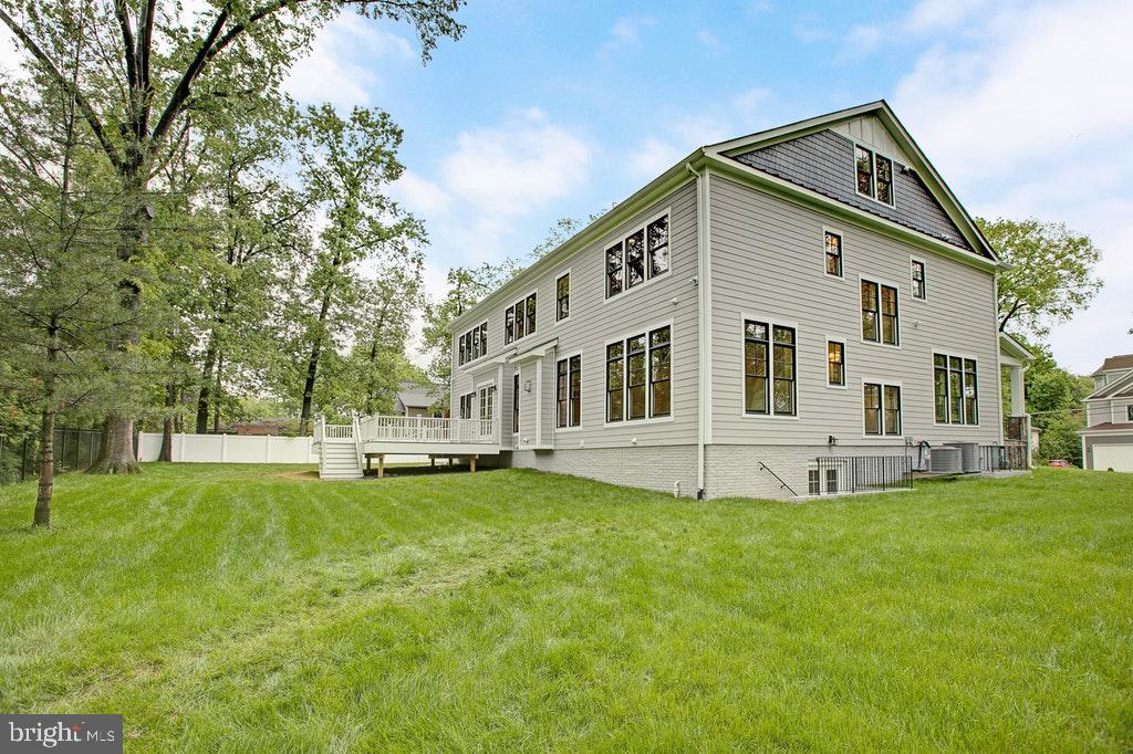 Home is sited on a 1/2 acre lot! - 1922 BYRD RD, VIENNA