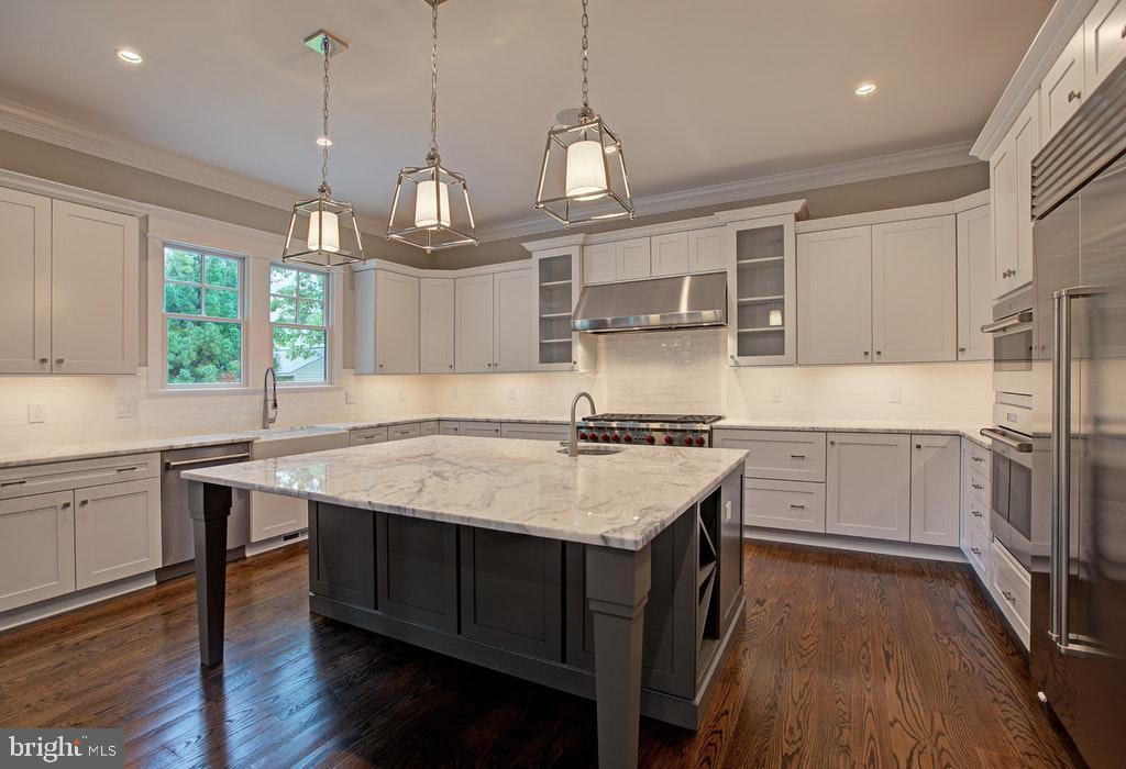Quartz counter tops and a large center island - 1922 BYRD RD, VIENNA